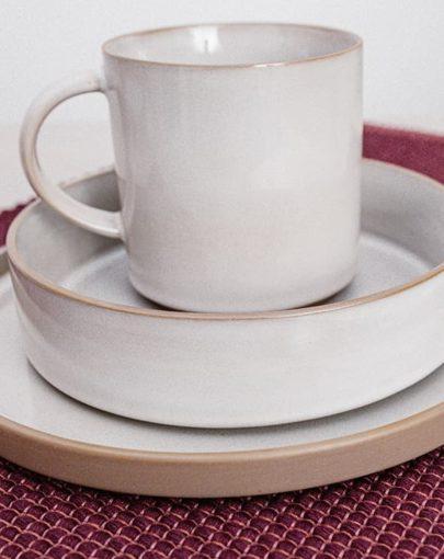 La taza Dust junto al plato de postre y plato hondo de la misma colección Dust en estancia, una de las tazas para desayuno de Miluka