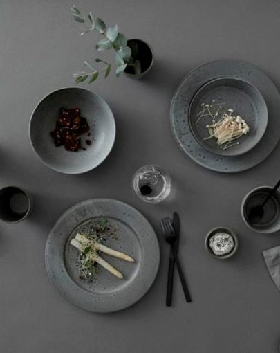 Plato llano y plato de postre Stone Gris, uno de los platos estilo nórdico de Miluka, imagen en estancia junto a a otras piezas de la vajilla de la misma colección
