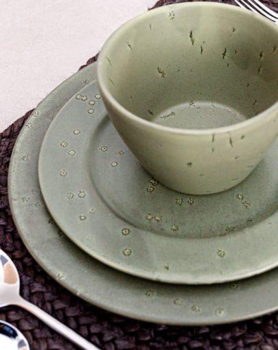 Plato llano Stone Verde, plato de postre Stone Verde y bowl Stone Verde uno de los platos estilo nórdico de Miluka en estancia