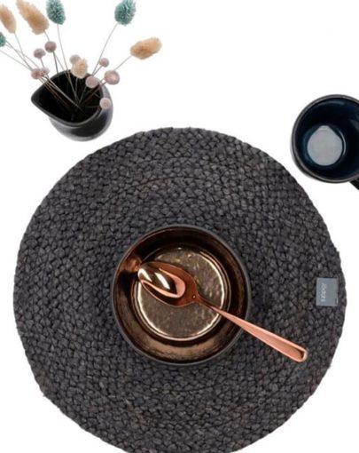 Mantel individual redondo de Yute Negro junto a otros elementos decorativos