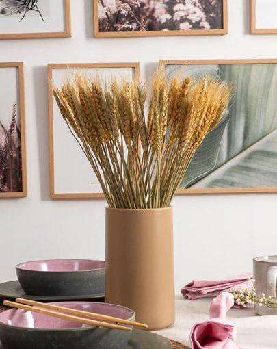 Jarrón Smoothie en estancia junto a otros productos de miluka como láminas decorativas y vajilla estilo nórdico